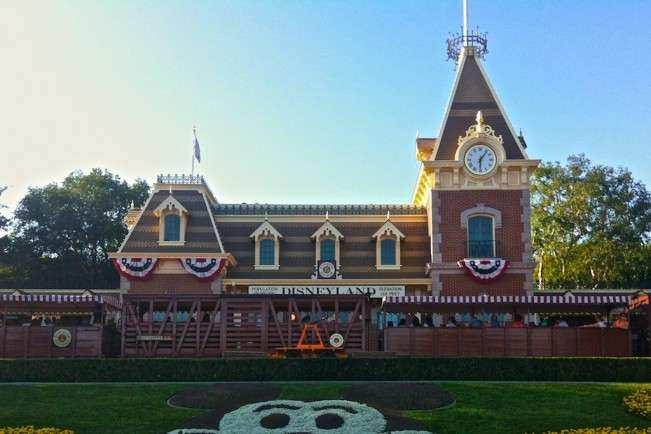 CA Disneyland Entrada
